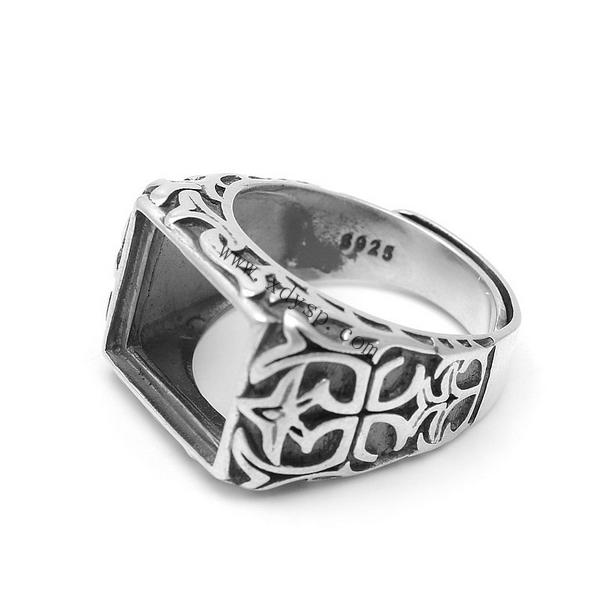 编号:P1255 名称:925银如鱼得水长方形手工戒指托 材质:925银 规格:圈内直径约18mm 适用于10.5x13.5mm宝石 尺寸:圈口可调大小 重量:9g/个 说明: 银活动戒指托可以在空托上粘上自己喜欢的宝石。 银光身开口戒指可以随人的手指粗细来调节大小, 方便于人们购买时出现大小不合戴问题, 光身开口戒指解决了人们一直以来的购买忧虑, 深得买家们的喜爱,值得依赖!