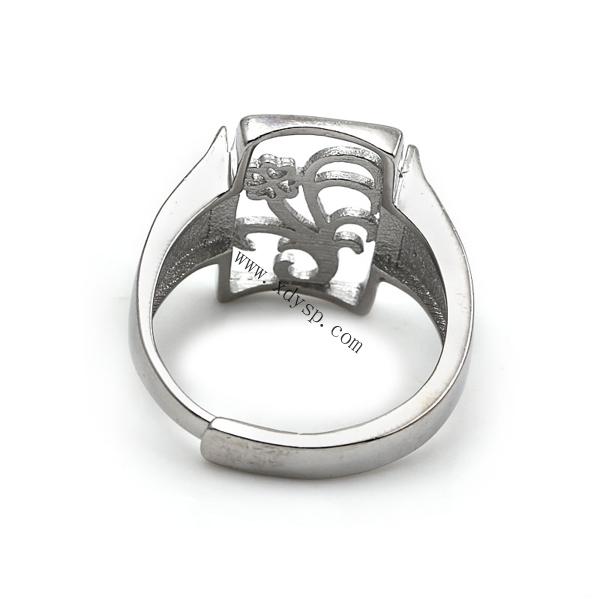 编号:P1673 名称:925银花锁扣长方形戒托 材质:925银 规格:11x16mm 圈内直径:18mm 尺寸:圈口可调大小 重量:4.8g/个 说明: 银活动戒指托可以在空托上粘上自己喜欢的珠子。 银光身开口戒指可以随人的手指粗细来调节大小, 方便于人们购买时出现大小不合戴问题, 光身开口戒指解决了人们一直以来的购买忧虑, 深得买家们的喜爱,值得依赖!